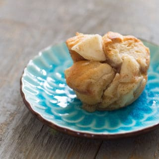 This looks like the perfect not-too-sweet dessert or breakfast treat: Mini Apple Pie Monkey Bread Recipe *YUM