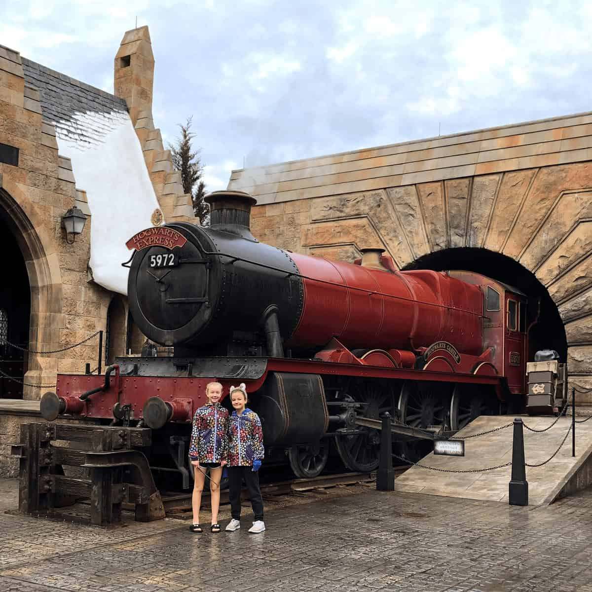 Wizarding World of Harry Potter Tips - Universal Orlando Tips: Should you get the Universal Express Unlimited? Is Universals early entry worth it? Compare Universal Studio hotels and more. Great mom-to-mom tips for planning your family vacation to Orlando. #HarryPotterWorld #UniversalOrlando #FamilyTravel #UniversalStudios #Orlando #Florida *Pinning this REAL parent advice for our trip! So helpful. Cannot wait to see the Hogwarts Express and Platform 9 3/4.