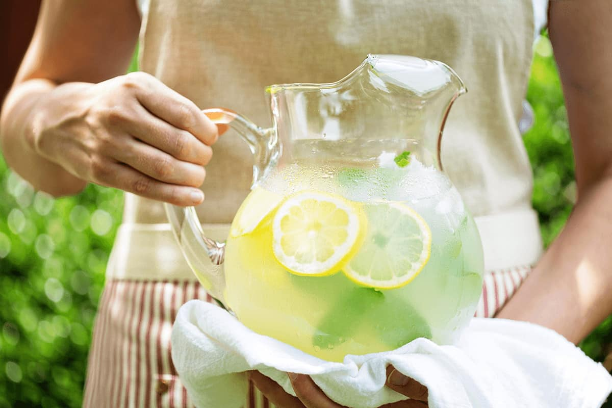 How to Make THE BEST Homemade Lemonade (+ 25 Delightful Lemonade Twists) #lemonade #homemadelemonade #drinkrecipe *Love this collection of summer drinks